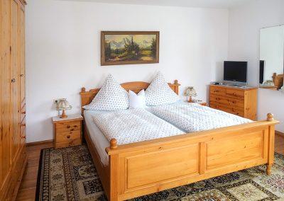 Gemütliches Doppelbett im Murmelzimmer