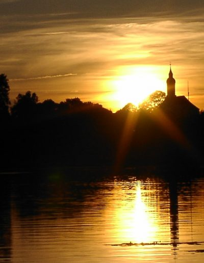 Sonnenuntergang am Bayersoier See mit Kirche