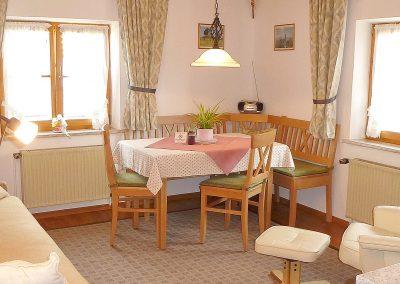 Die gemütliche Wohnküche der Ferienwohnung SCHWALBE im Haus Schuster-Bestl in Bad Bayersoien.