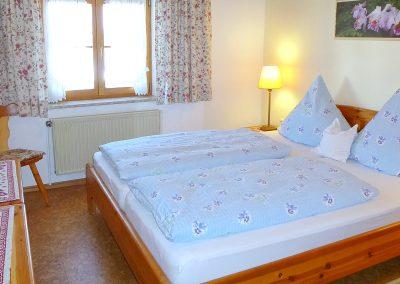 Schlafzimmer der Ferienwohnung SCHWALBE in Bad Bayersoien.